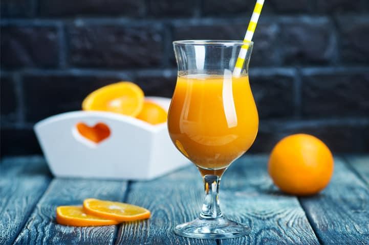 Veja quais os benefícios do suco de laranja e aproveite de casa