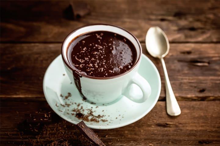 Dicas de como fazer chocolate quente para aproveitar o clima