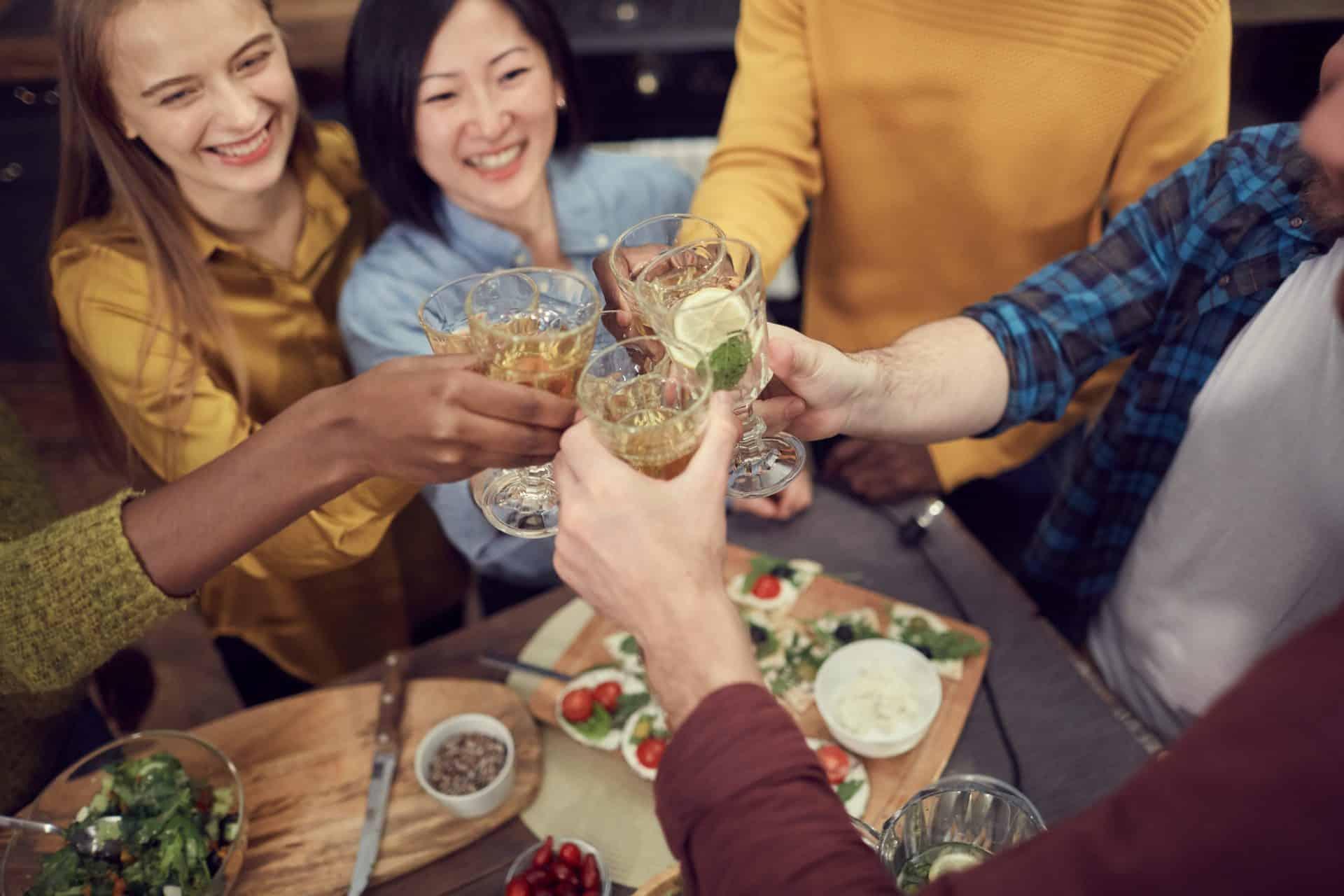 Saiba o que servir em uma reunião de amigos à noite