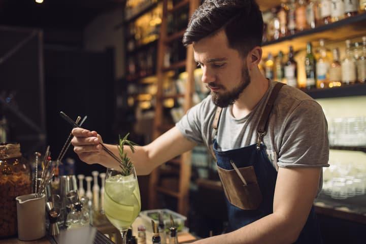 Barman: saiba mais sobre esse ramo profissional da coquetelaria