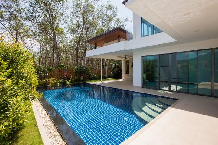 Confira dicas para decorar a sua área externa com piscina