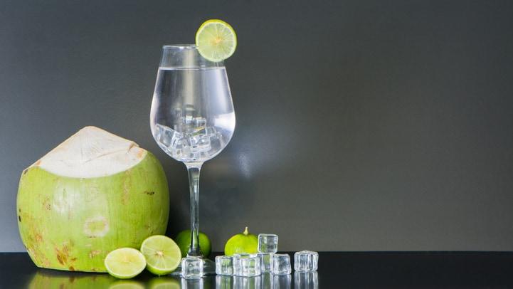 Gin com água de coco: drink saboroso e refrescante para fazer em casa