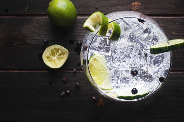 Dia mundial do gin: origem, tipos e receitas do destilado