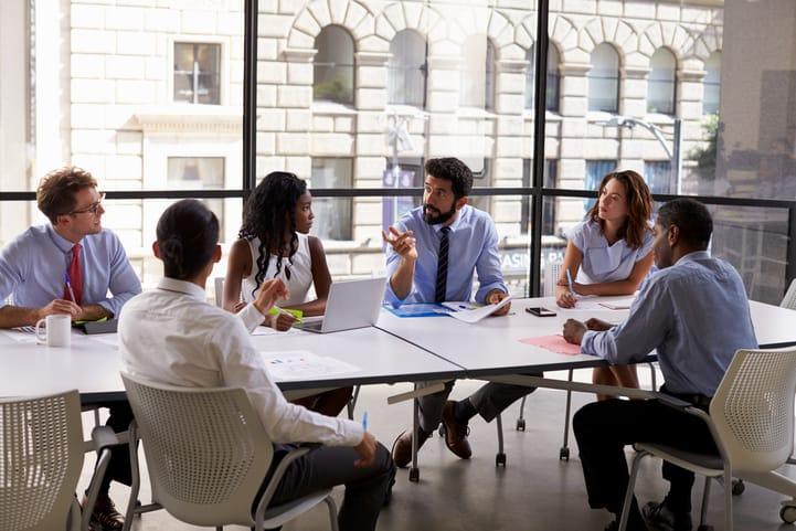 Como montar uma sala de reunião moderna? Confira essas ideias!