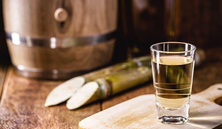 Conheça a história da cachaça e saiba mais sobre a bebida