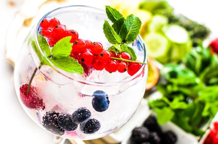 Gin com frutas vermelhas