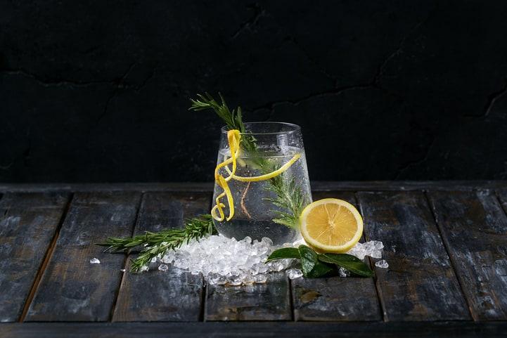 4 receitas práticas e saborosas de gin com limão-siciliano
