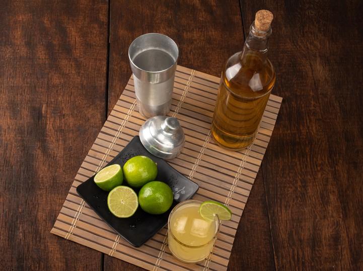 Aprenda quatro receitas refrescantes de caipirinha de Skol Beats